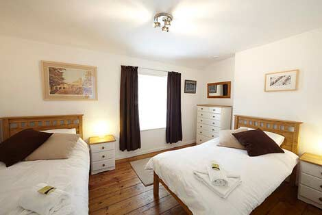 Single beds in the twin bedroom of Sorgente holiday cotteg, Cornwall